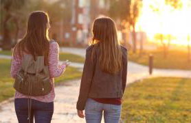 Two 学生们 Walking In The Setting Sunlight